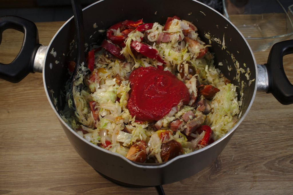 varza-se-adauga-pasta-de-tomate
